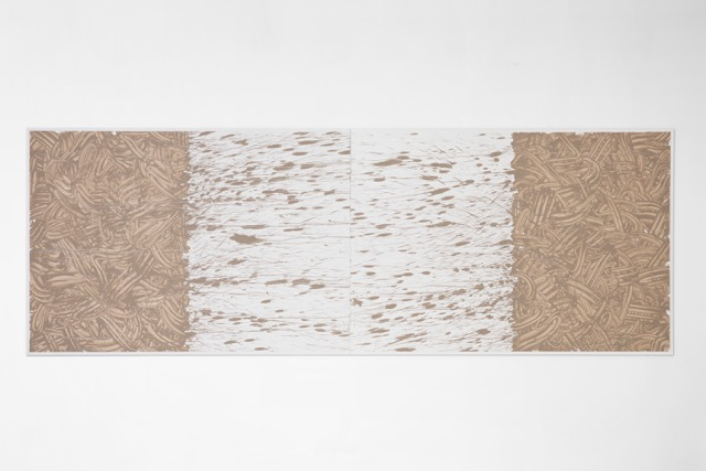RICHARD LONG Untitled, 2013, River Avon mud, China clay, binder and paint on canvas / Fango del Fiume Avon, caolino, medium acrilico e pittura su tela, 140 x 400 cm, Courtesy: Galleria Lorcan O�Neill